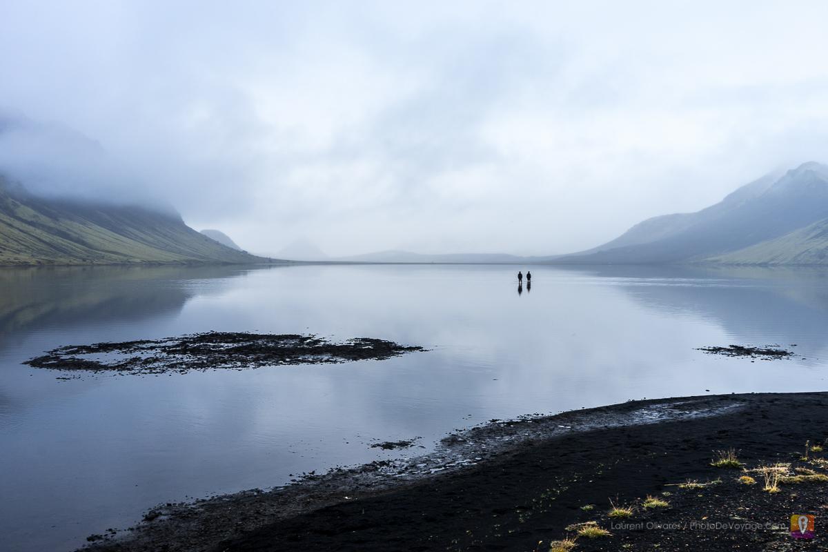 Ludzie brodzący w jeziorze Álftavatn