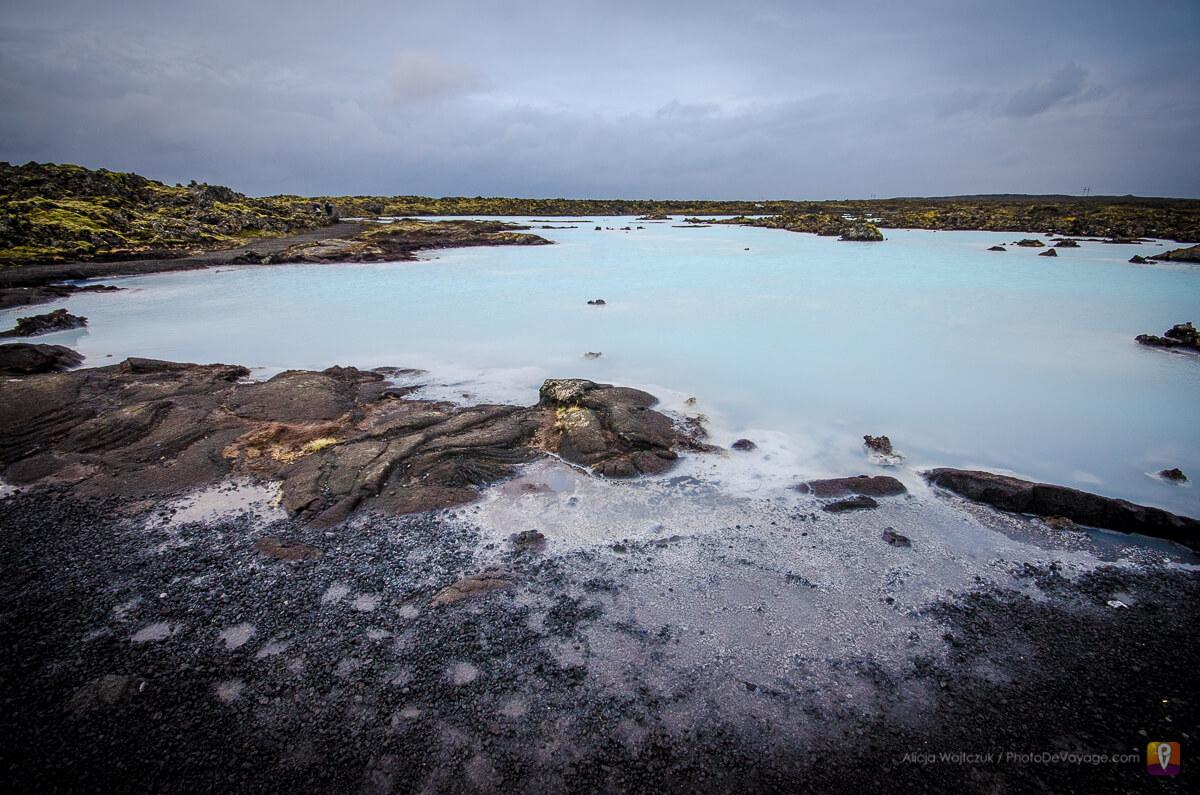 Błękitna woda i czarne skały dookoła Blue Lagoon
