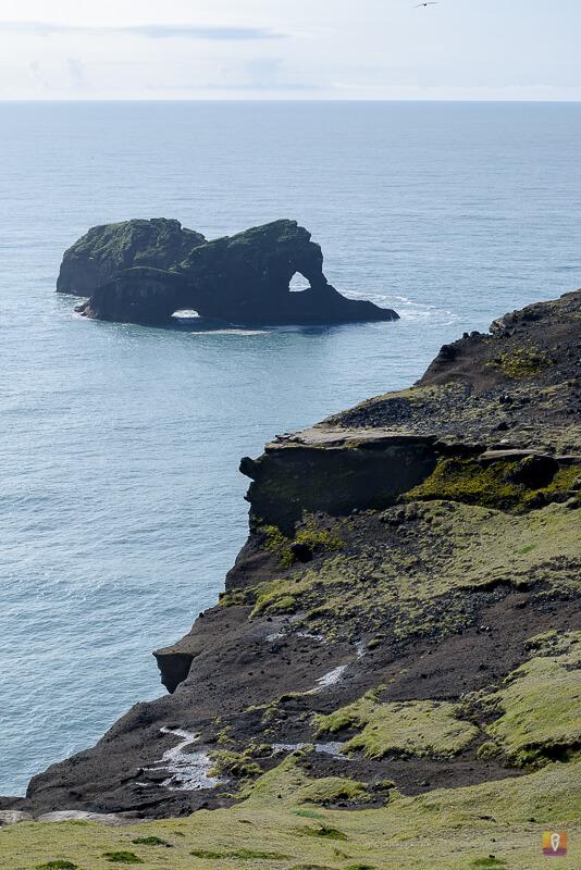 Widok na skalne rzeźby z łuku Dyrholaey