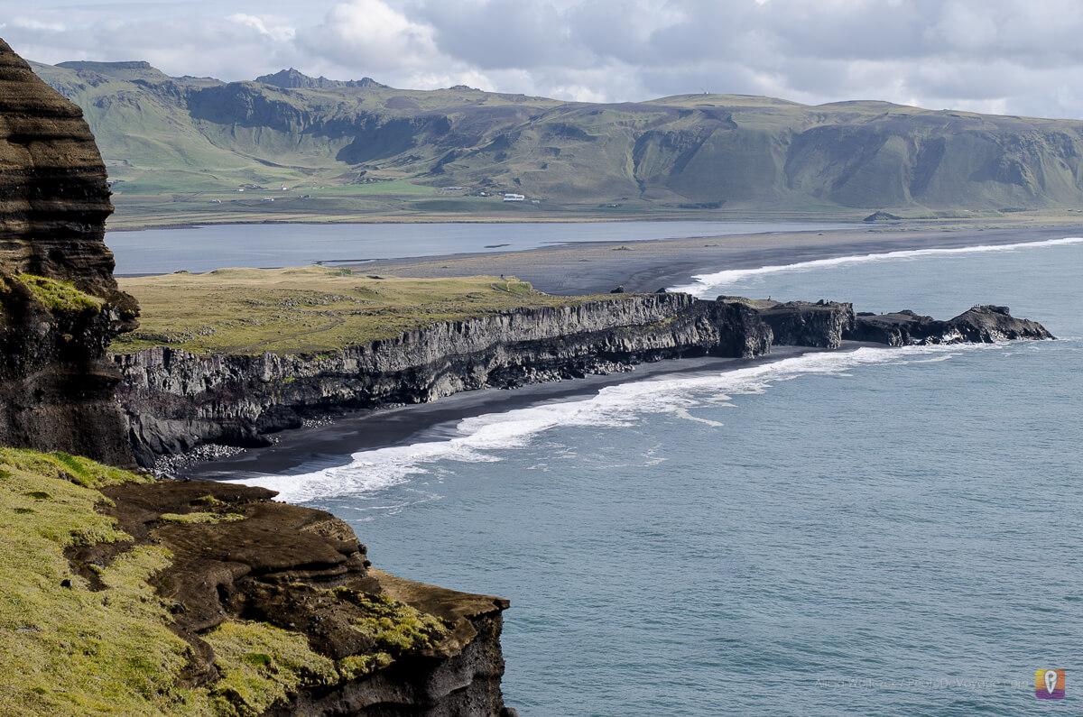 Czarna plaża przy Reynisdrangar widok z półwyspu Dyrholaey