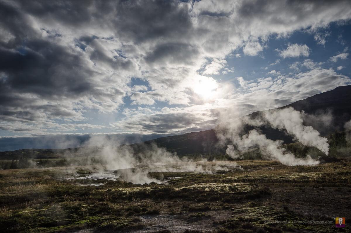 Parujące źódła geotermalne przy Gejsir
