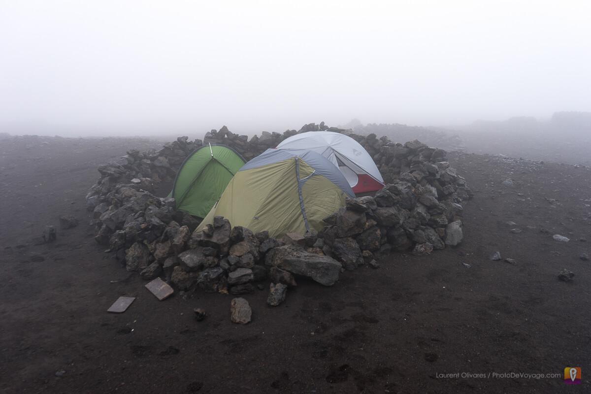 Les tentes sur le camping du refuge Hoskuldarskali sur le mont Hrafntinnusker