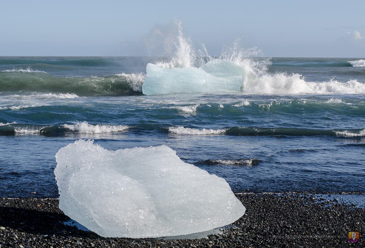 Kawałki lodowca na czarnej plaży przy Jökulsárlón