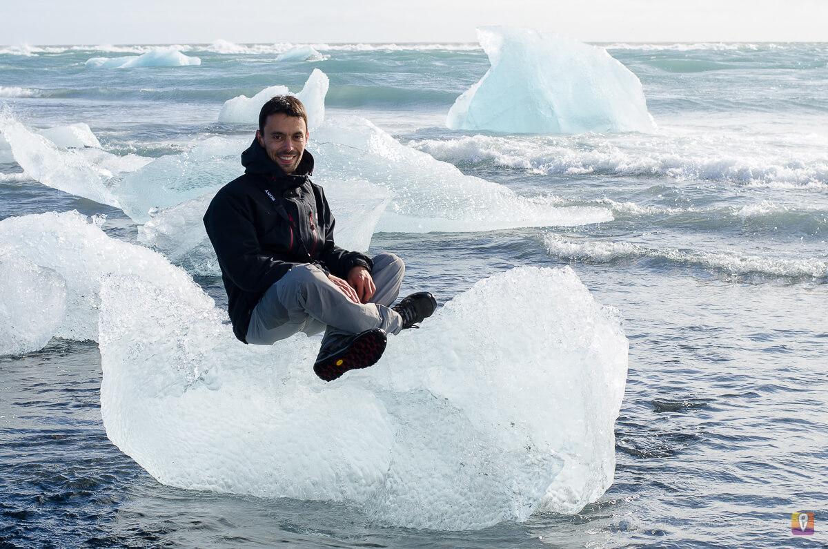 Jokulsarlon człowiek na icebergu