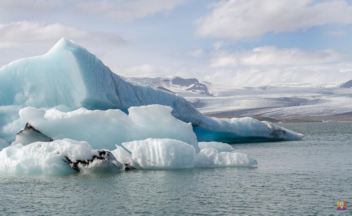 kawałki lodowca dryfujące po Jökulsárlón