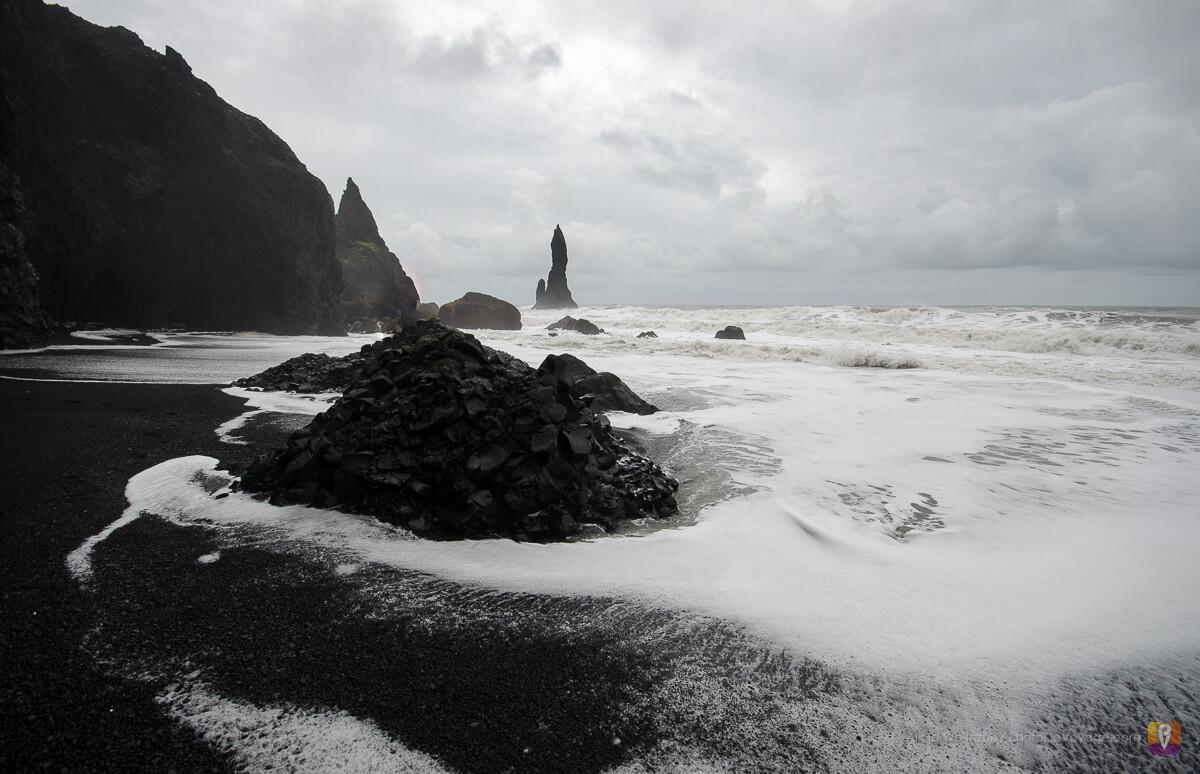 Czarna plaża z widokiem na Reynisdrangar przy Vik w Islandii