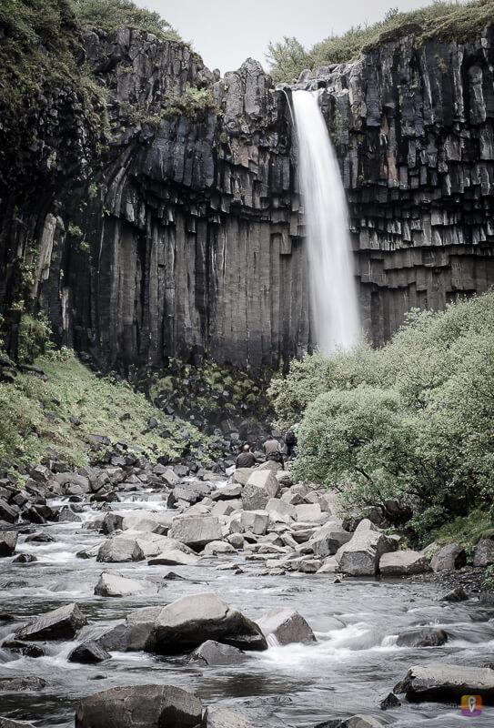 Svartifoss wodospad wśród czarnych bazaltowych skał