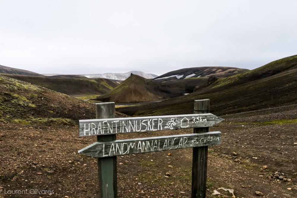Un panneau indicateur dans la montagne indiquant Landamannalaugar ou Hrafntinnusker.