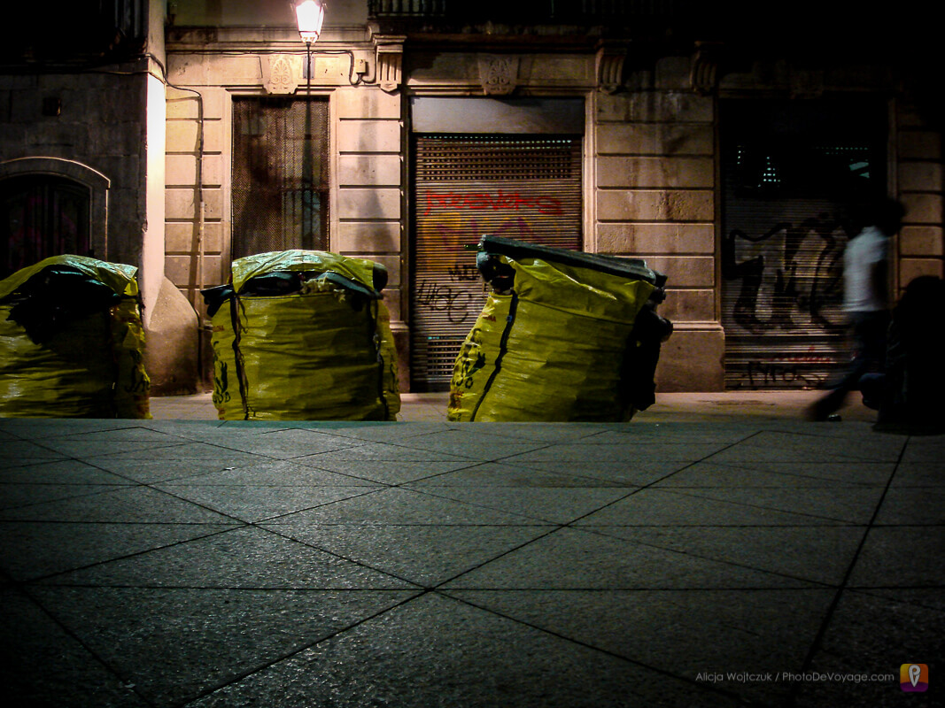 worki ze śmieciami sprzątanie po nocnym życiu w Barcelonie