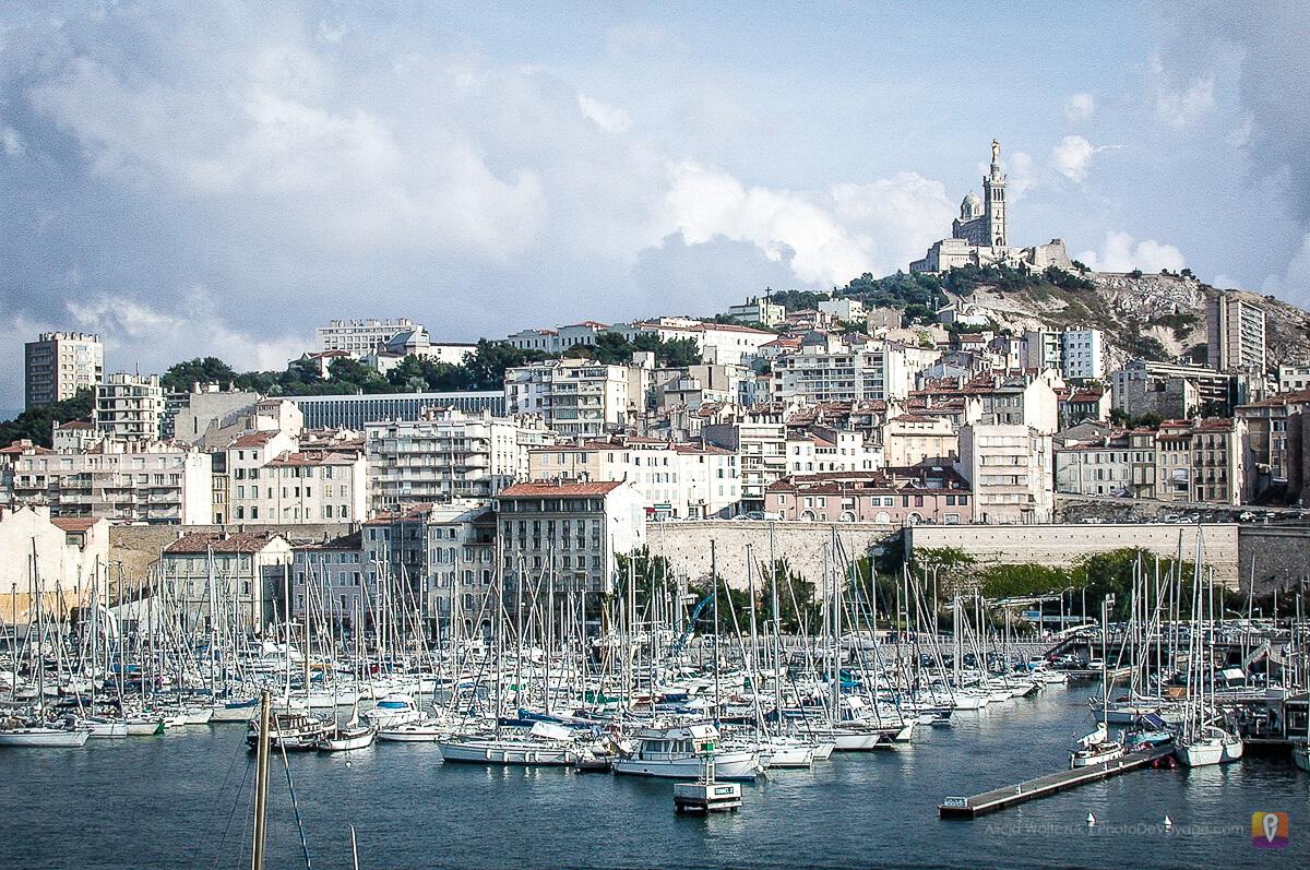 Stary port w Marsylii i widok na bazylike Notre Dame De La Garde