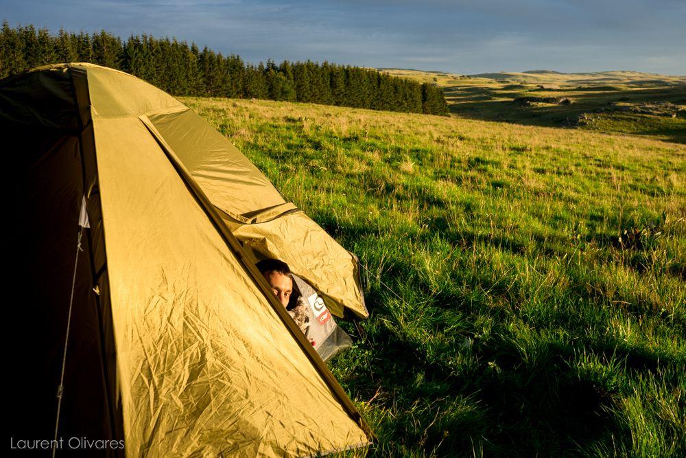 Moi dans notre tente au couché de soleil