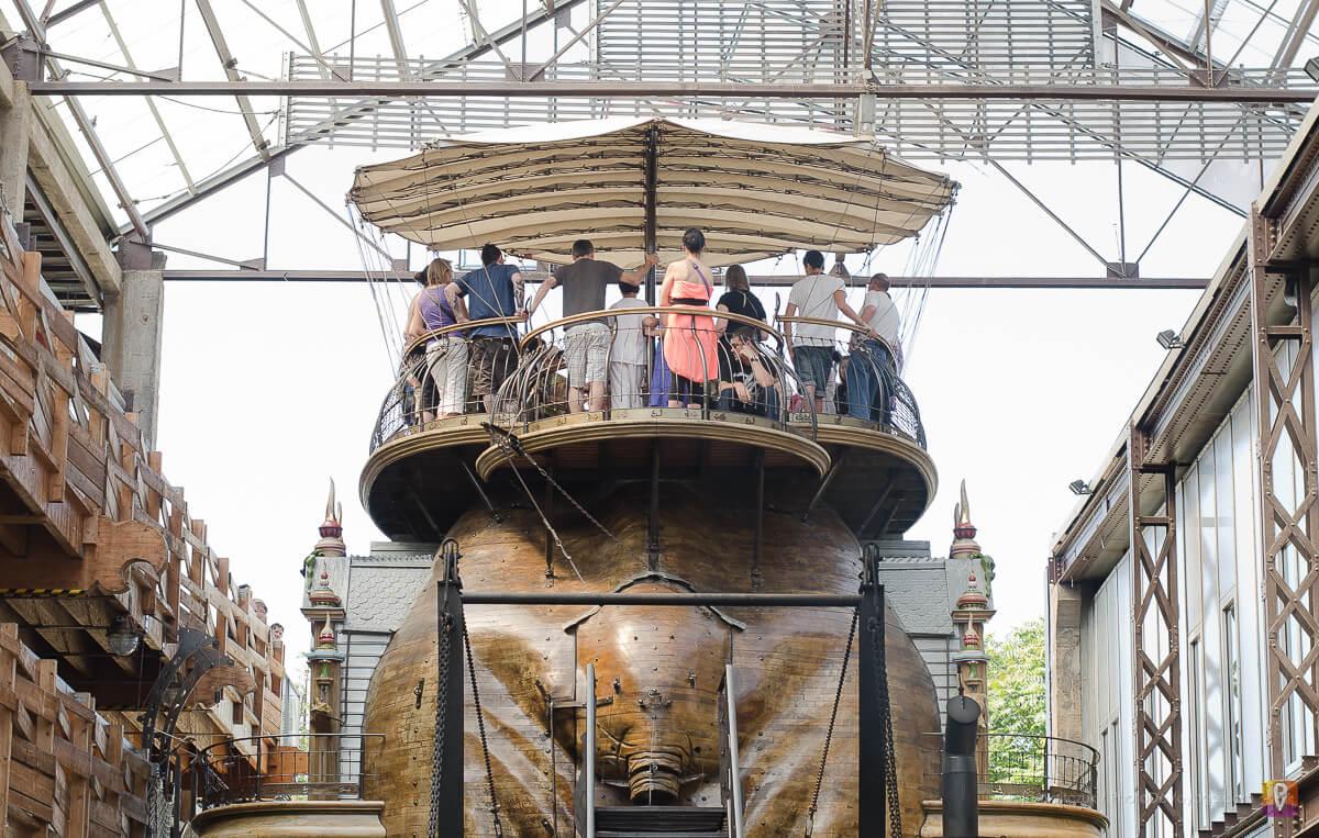 Pasażerowie na mechanicznym słoniu w Nantes