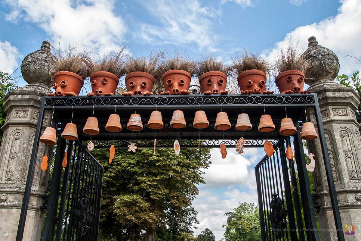 Donice głowy na wejściu do parku Jardin des Plantes w Nantes