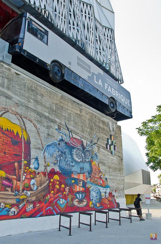 Graffiti i autobus wbity w budynek stereolux w Nantes