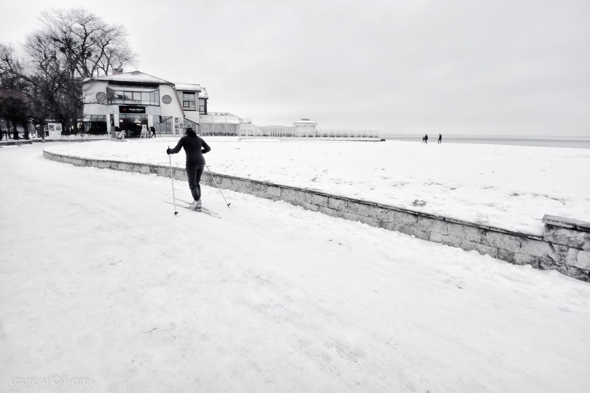 Une skieuse le long de la plage de Sopot
