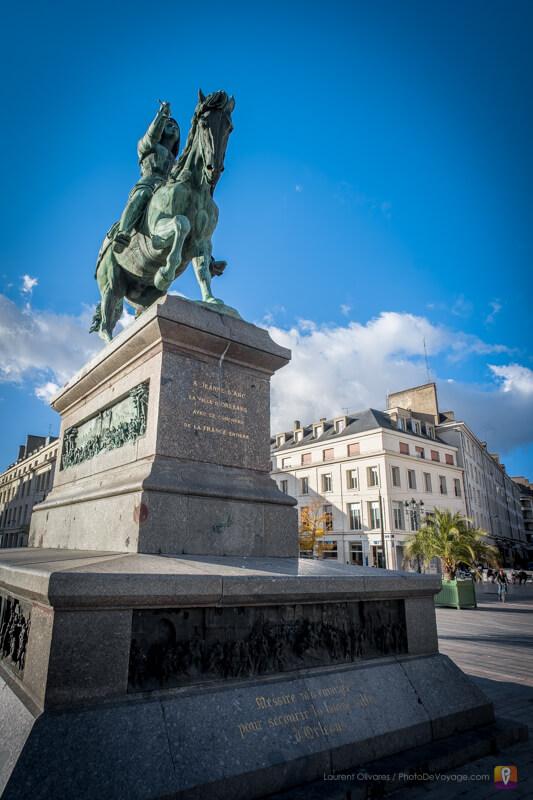 Statue de Jeanne d'Arc sur la place principale d'Orléans